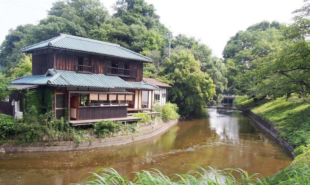 Riverside Cafe Miyake Shouten: side view