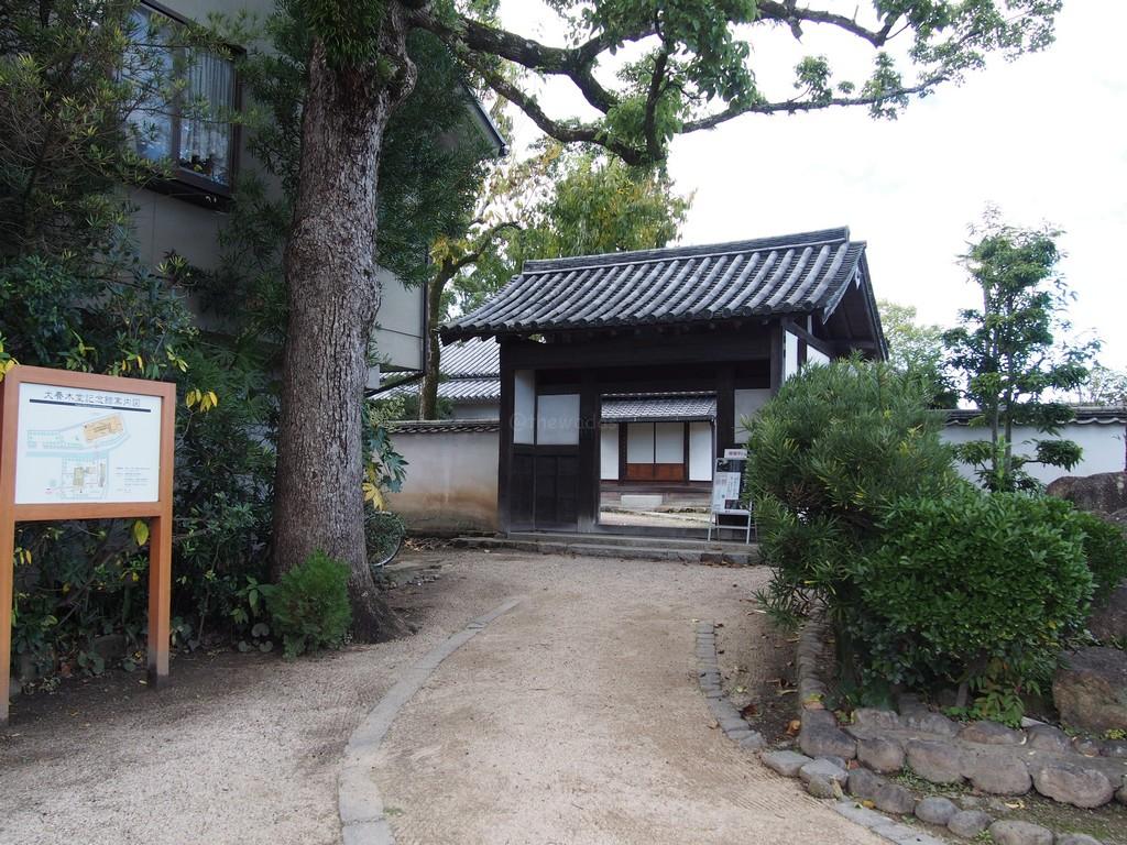 autumn leaves at inukai memorial museum in okayama