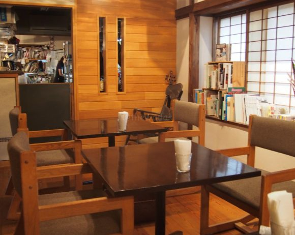Kohi to Hito Cafe: tables